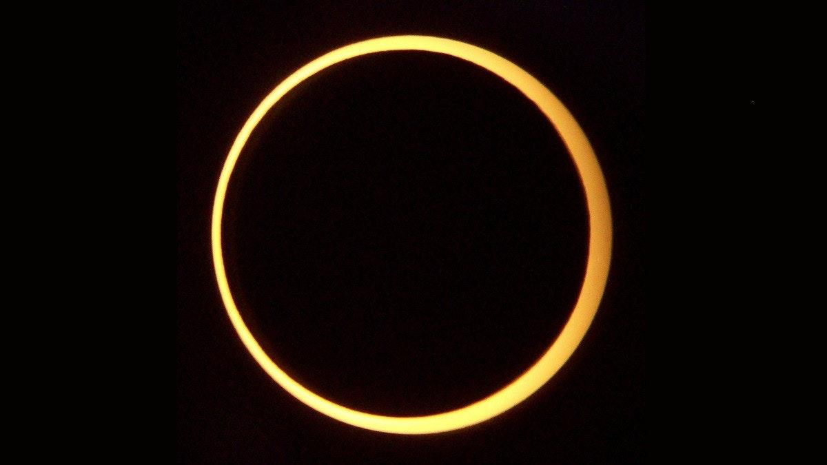 照片中包含了gerhana matahari cincin、2016年9月1日的日食、2017年2月26日的日食、2020年6月21日的日食、日食