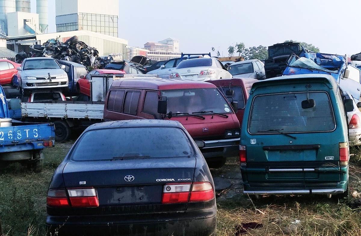 照片中提到了268T S、CORONA EXSIOR,跟猜測有關,包含了停車處、車輛牌照、汽車、摩托車、中型車