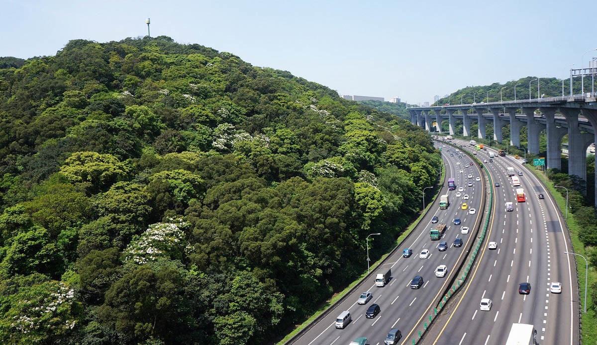 照片中包含了交通擁堵、交通擁堵、高速公路、新話題、受控通道高速公路