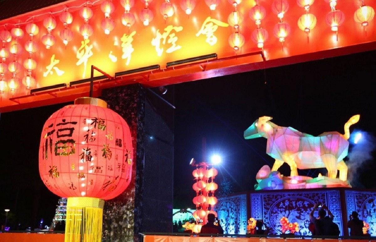 照片中包含了階段、霓虹燈、燈光、戲劇風光、劇院
