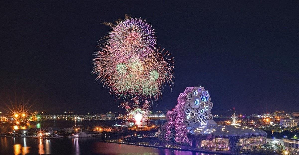 照片中包含了高雄國慶煙火、台灣國慶煙花、煙花、愛河、高雄市觀光局