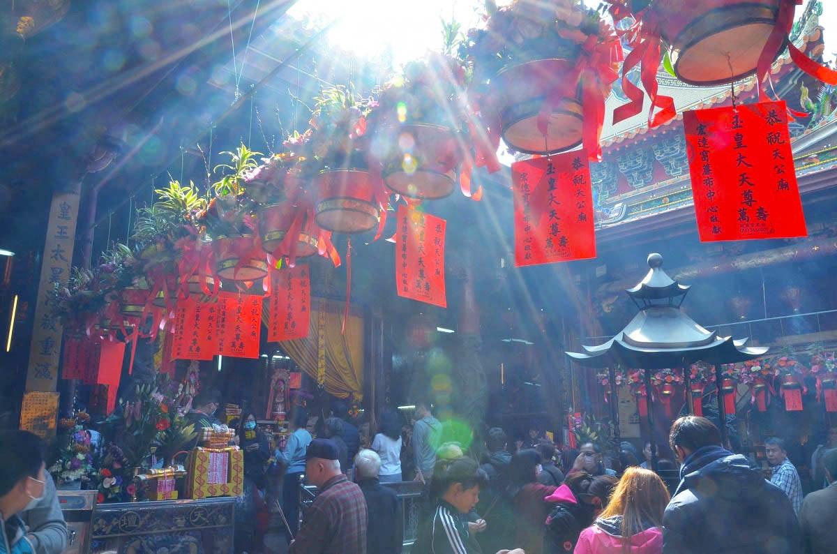 照片中提到了|恭祝天公南、皇大天尊。、宏達窗慧市中心在な,包含了市場、市場、街、公共空間、市場
