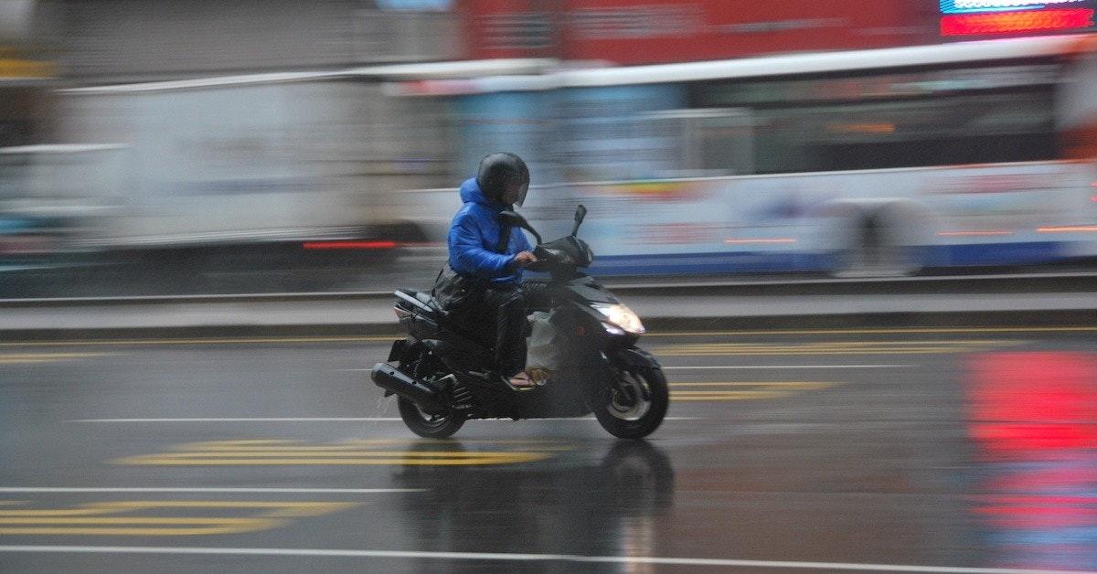 照片中包含了摩托車、摩托車配件、摩托車、摩托車、摩托車頭盔
