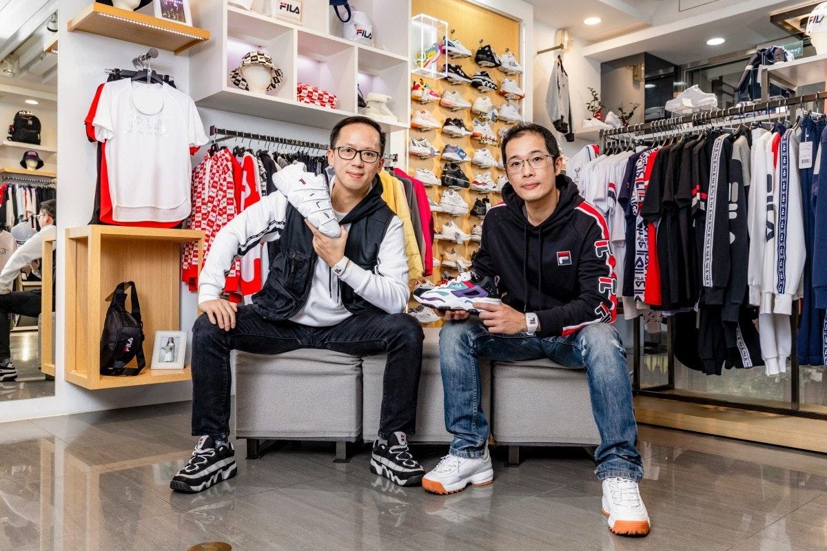 照片中提到了FILA、my,包含了顧客、外衣、鞋子、工廠直銷店、顧客