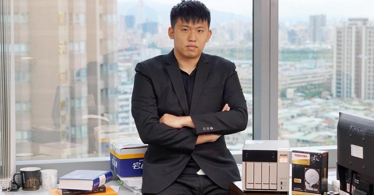 照片中提到了TOSHIBA,跟南豐集團有關,包含了適合、白領階層、適合、工資工、商業