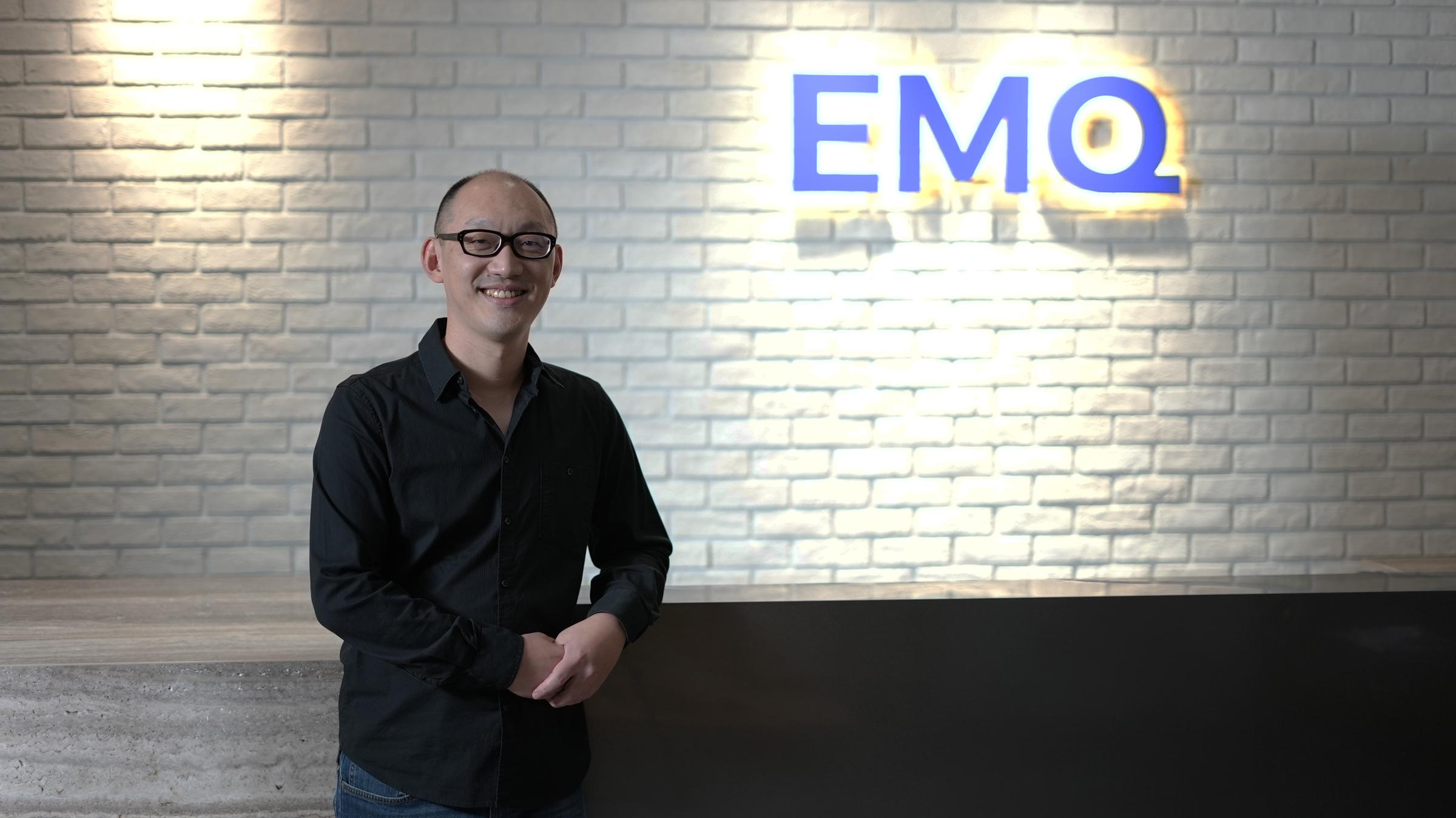 照片中提到了ЕMО,包含了眼鏡、眼鏡、人類行為、眼鏡、設計