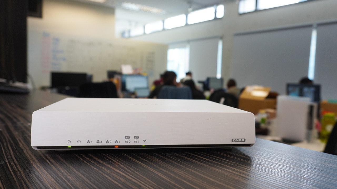 照片中提到了10G、100、QNAP,包含了電子產品、產品設計、電子產品、多媒體、設計
