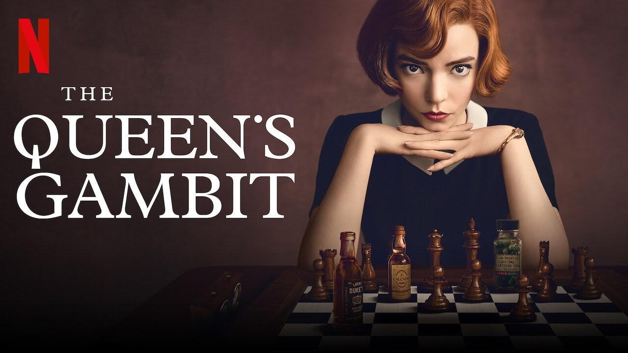 照片中提到了N、THE、QUEEN'S,跟網飛、綠色和黑色有關,包含了皇后樂隊的徽標、女王的甘比特、棋、安雅·泰勒·喬伊(Anya Taylor-Joy)、棋
