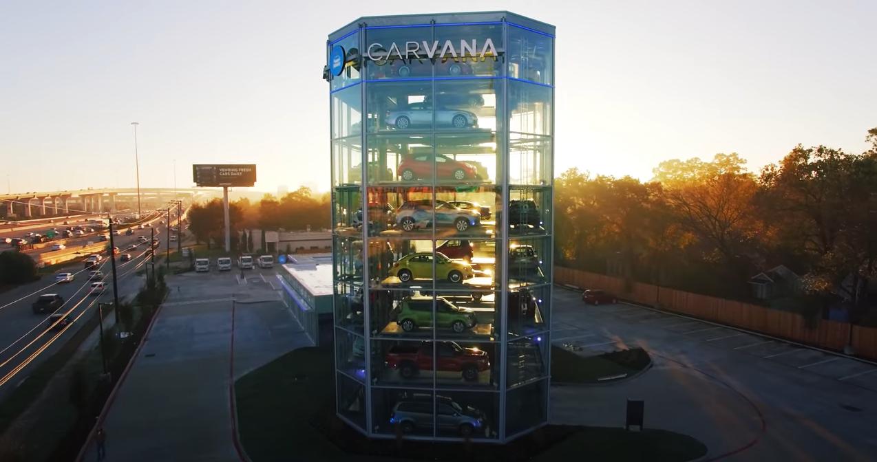 照片中提到了CARVANA、VENDING FREse、CARS DAILY,跟卡瓦那有關,包含了市、售貨機、汽車、營業額