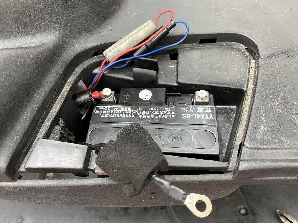 照片中提到了ON OO、●此電池爲完全密閉式。充電時密封栓請勿取下。、●完全免加水。充電時(12V)請依下述電流及時間充電。,包含了電子產品、電子產品、汽車、電子零件、摩托車
