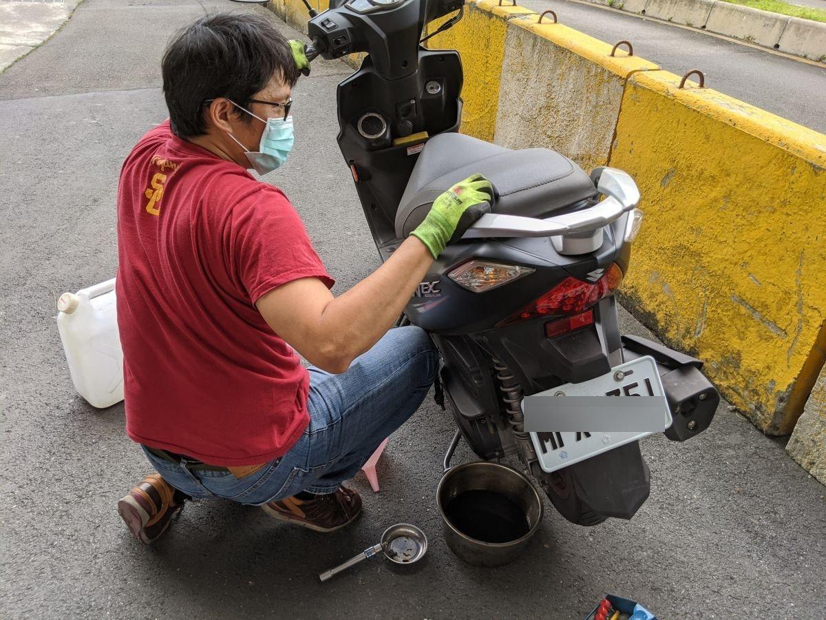 照片中提到了EC,包含了汽車、汽車、嬰兒運輸、輪、頭盔