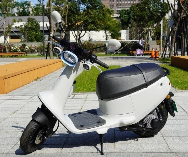 照片中包含了汽車、電動踏板車、摩托車、摩托車配件、摩托車