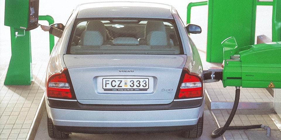 照片中提到了VOLVO、FCZ 333、Aam Vry emer s,包含了燃油特性、緊湊型車、車輛牌照、汽車、中型車