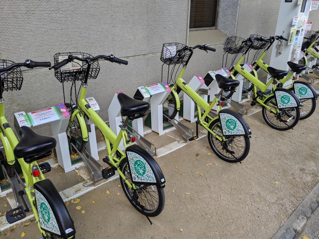 照片中包含了自行車配件、自行車輪、自行車車架、混合動力自行車、公路自行車