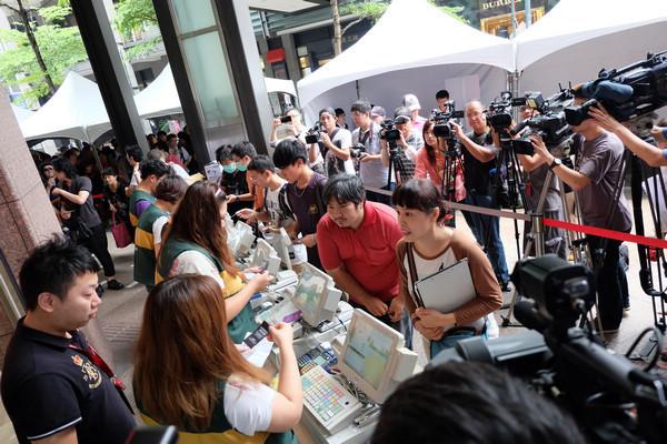是衝著首購禮, Xperia Z1 首購台北場湧入超過 600 位民眾排隊這篇文章的首圖