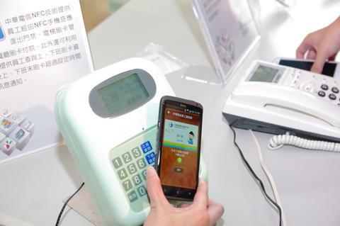是金管會核准,中華電、國泰銀行與萬事達卡將提供手機 NFC 信用卡這篇文章的首圖