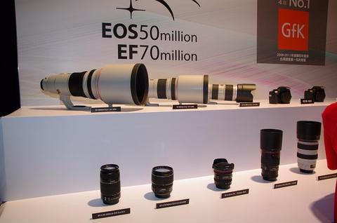 是Canon 歡慶 EOS 25 週年,共 14 款鏡頭降價、包括 9 款紅圈鏡這篇文章的首圖