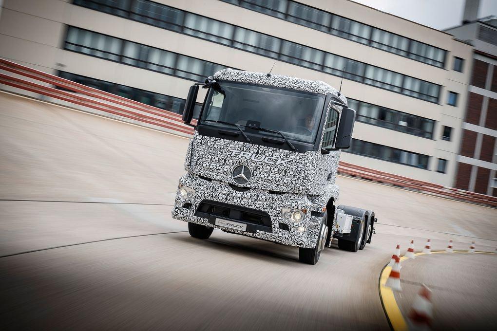 是Benz 打算在 2020 年推出純電的拖車頭,希望改變拖車等同排放大量黑煙的形象這篇文章的首圖