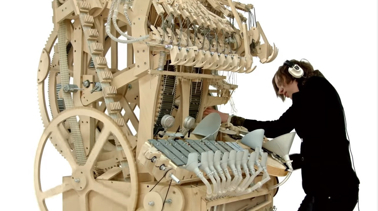 是把兩千顆彈珠放進這台機器,轉一轉之後它居然發出優美的音樂了這篇文章的首圖