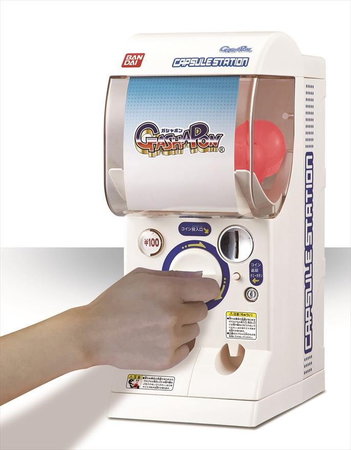 是在家享受扭蛋的樂趣, Bandai 將推出尺寸只有一半但樂趣不減的家用扭蛋機這篇文章的首圖