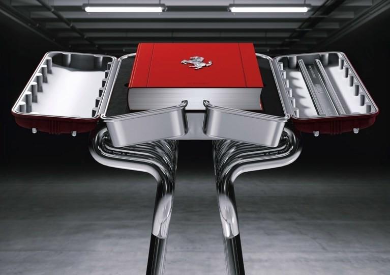 要價 3 萬美金、買引擎造型書架送寫真書的 Ferrari 限量寫真書