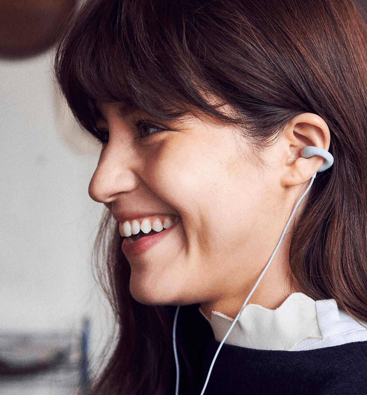 是想要聆聽美妙的音樂但又希望能聽到外面聲音嗎? Sony 投資的 ambie 耳機滿足你的需求這篇文章的首圖