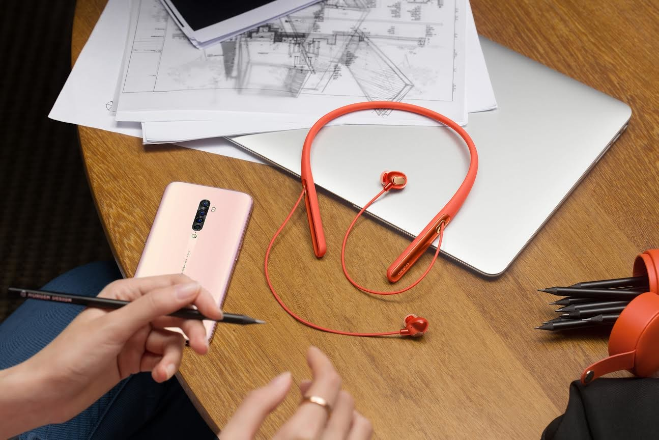 Sina Weibo, Sound quality, Person, , Headphones, Audio, Sina Corp, Microblogging, Music, Design, audio equipment, Wire, Design, Technology, Electronics, Cable, Hand, Electronic device, Drawing, Electrical wiring, Paper