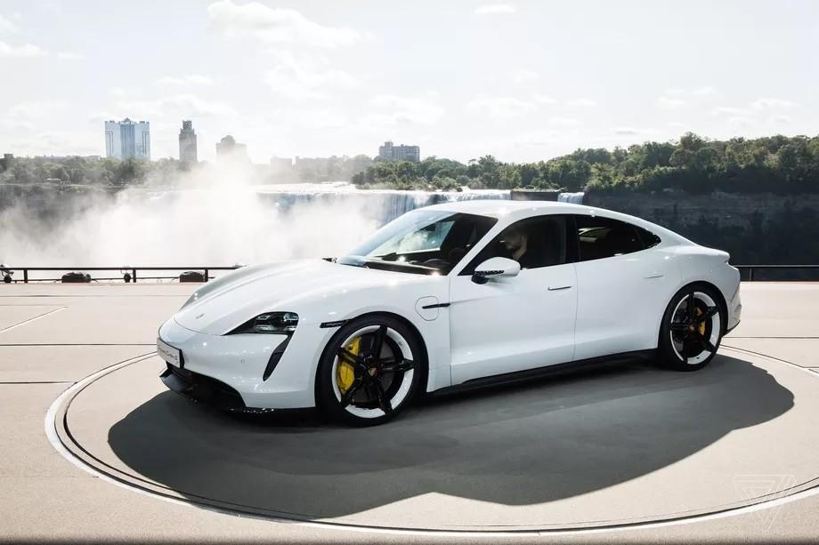 俥科技:Porsche保時捷首款純電四門 Taycan 正式發表, 15 萬美金起、可在 23 分鐘將電力自 5% 充到 80%