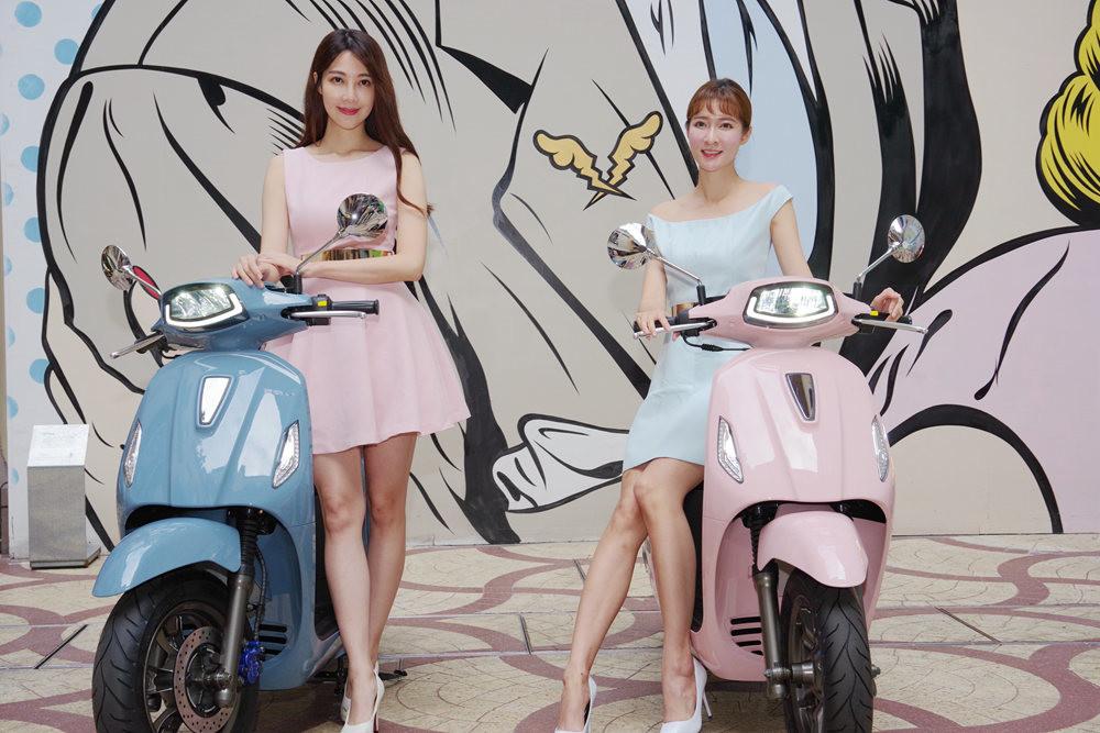 照片中包含了女孩、大黃蜂類、時尚、摩托車、電動馬達