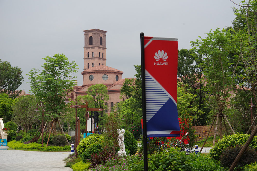 2018 China–United States trade war, , Huawei, Dongguan, , Computer network, 阿波罗网, Download, , Computer security, tree, Flag, Landmark, Architecture, Tree, House, Building, Tower, Home, Rural area, Signage