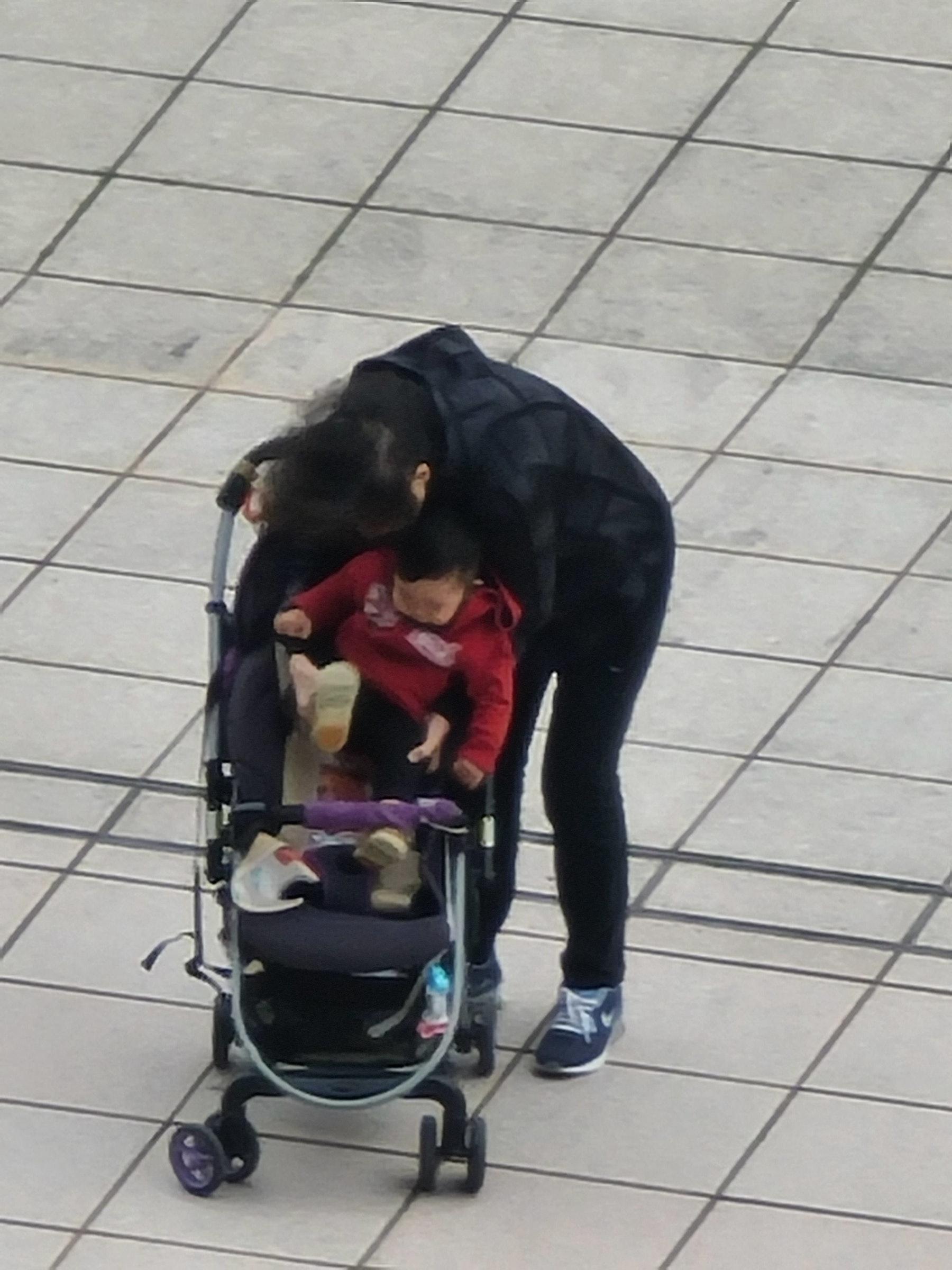 照片中包含了婴儿车、婴儿运输、健康、个人保护设备、轮椅