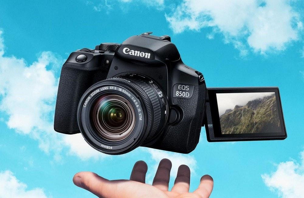 照片中提到了Canon、EOS、850D,跟佳能公司有關,包含了佳能相機、數碼單反、帶有18-55mm鏡頭套件的佳能EOS 850D單反相機、佳能、佳能