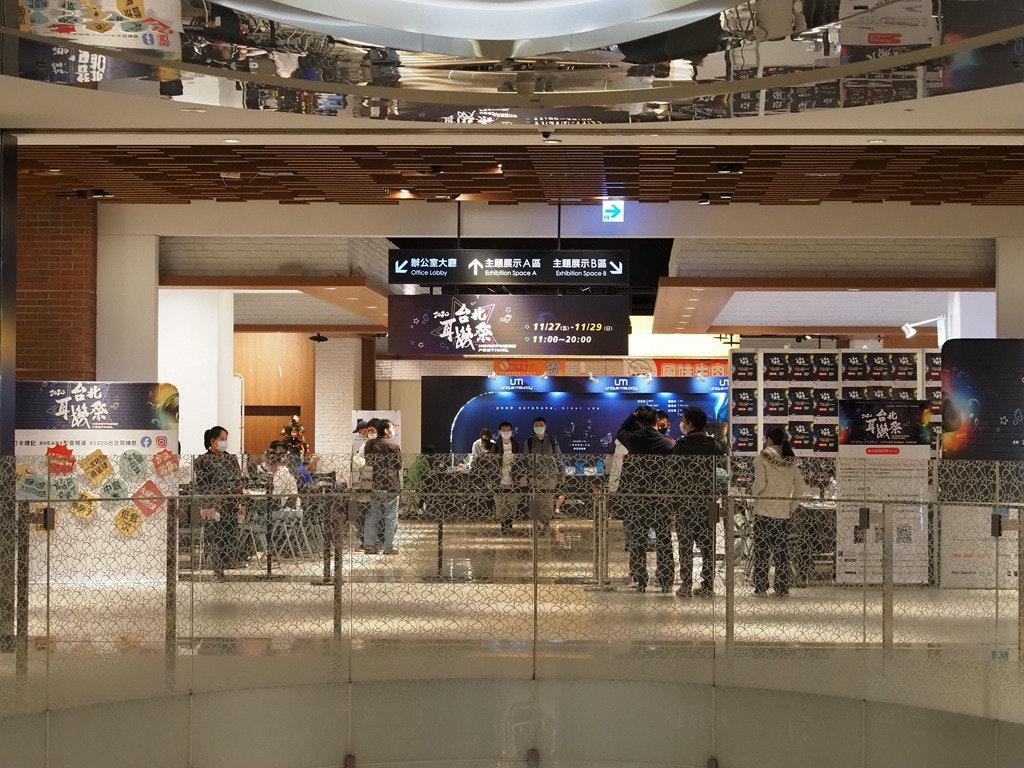 照片中提到了辦公室大廳、Office Lobby、主題展示A區 主題展示B區,包含了購物中心、購物中心、零售、購物