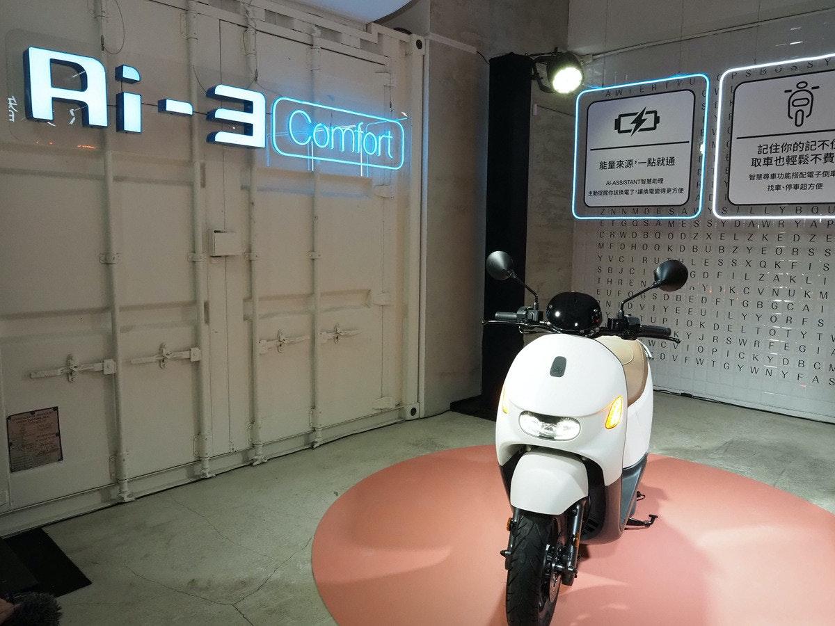 照片中提到了Ri-3 Comiot、AWIEHI、記住你的記不任,跟禿鷹Flugdienst有關,包含了摩托車、摩托車、踏板車M.