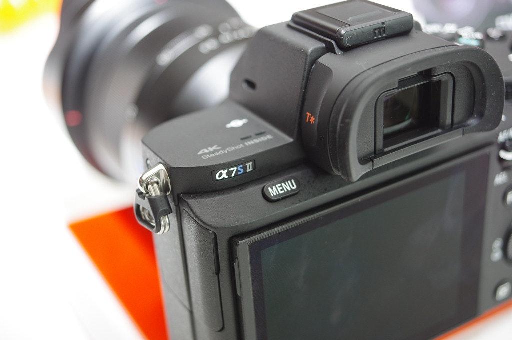 照片中提到了4K、SteadySvot NSIDE、MENU,包含了鏡頭、數碼單反、鏡頭、無反光鏡可換鏡頭相機、相機配件