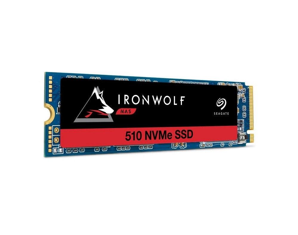照片中提到了IRONWOLF、NAS、SEAGATE,跟阿什莉·斯圖爾特(Ashley Stewart)有關,包含了希捷鐵狼510、希捷IronWolf 510固態硬盤、希捷科技、固態硬盤、NVM Express
