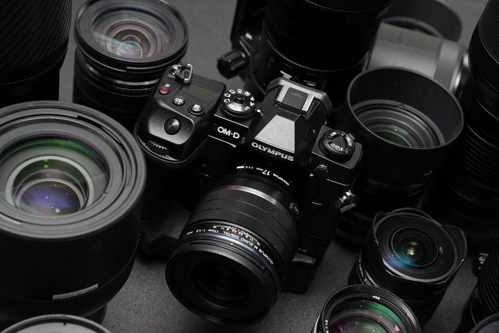 照片中提到了OM-D、OLYMPUS、OMINZ,跟奧林巴斯公司有關,包含了鏡頭、數碼單反、鏡頭、無反光鏡可換鏡頭相機、單反相機