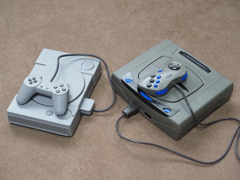 照片中包含了遊戲控制器、電子遊戲機、遊戲桿、遊戲控制器、家用遊戲機配件