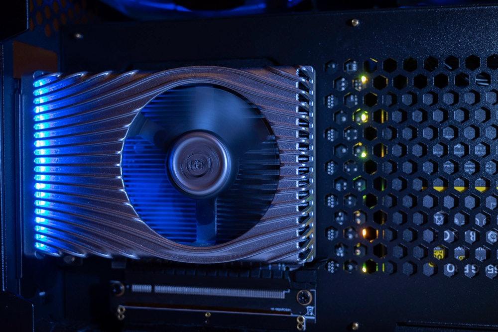 照片中包含了電子產品、顯卡、電腦硬件、英特爾、圖形處理單元