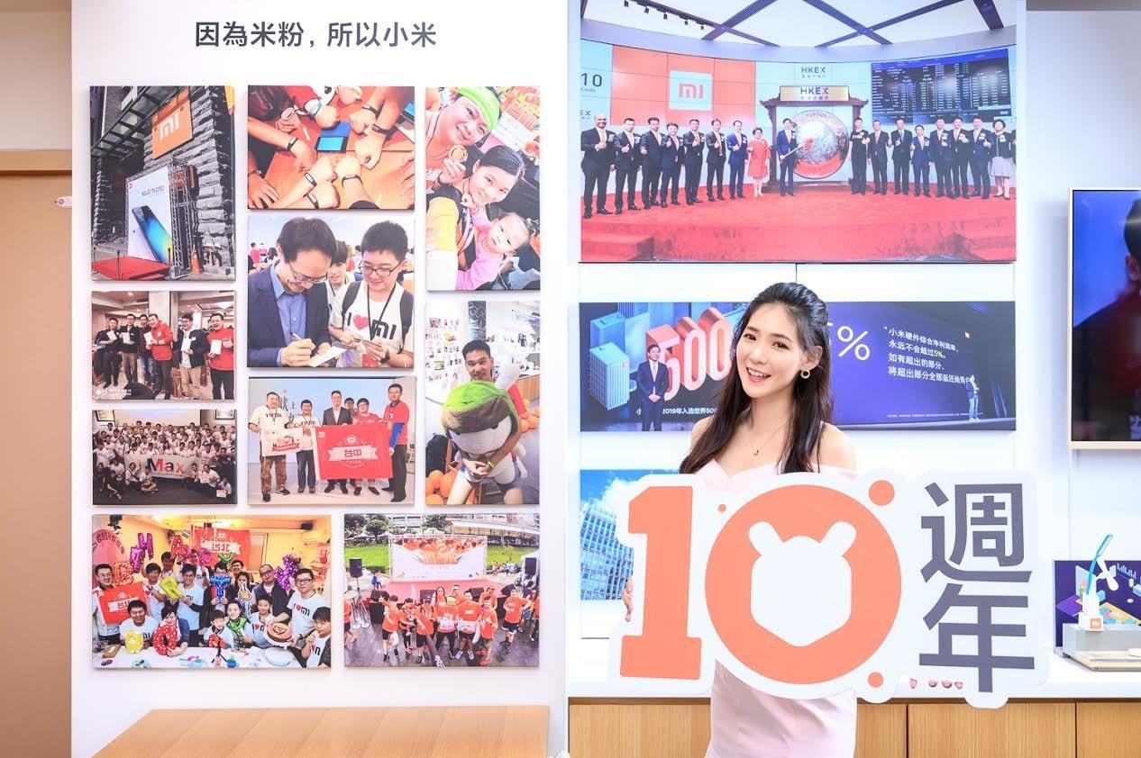 照片中提到了因為米粉,所以小米、HKEX、10,包含了國慶60週年、海報、數碼展示廣告、設計、大學