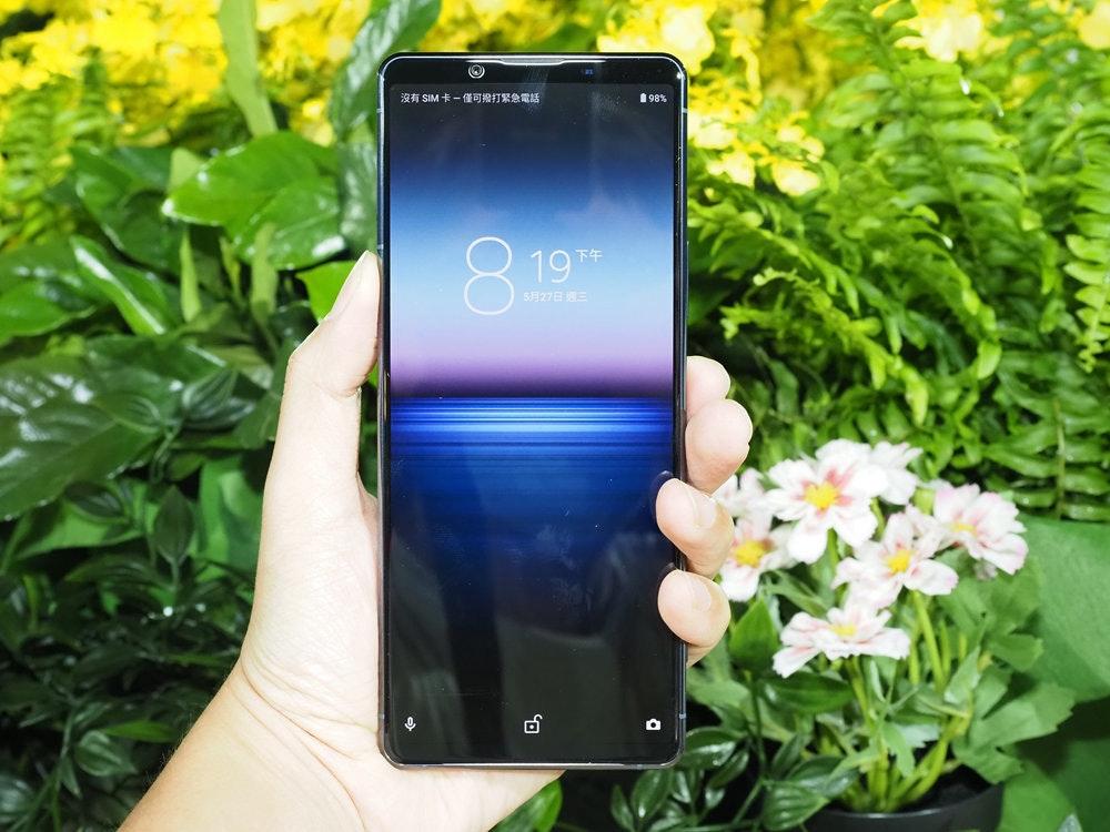照片中提到了沒有SIM卡一僅可撥打緊急電話、自98%、8.19,包含了草、手機、移動電話、蘋果手機