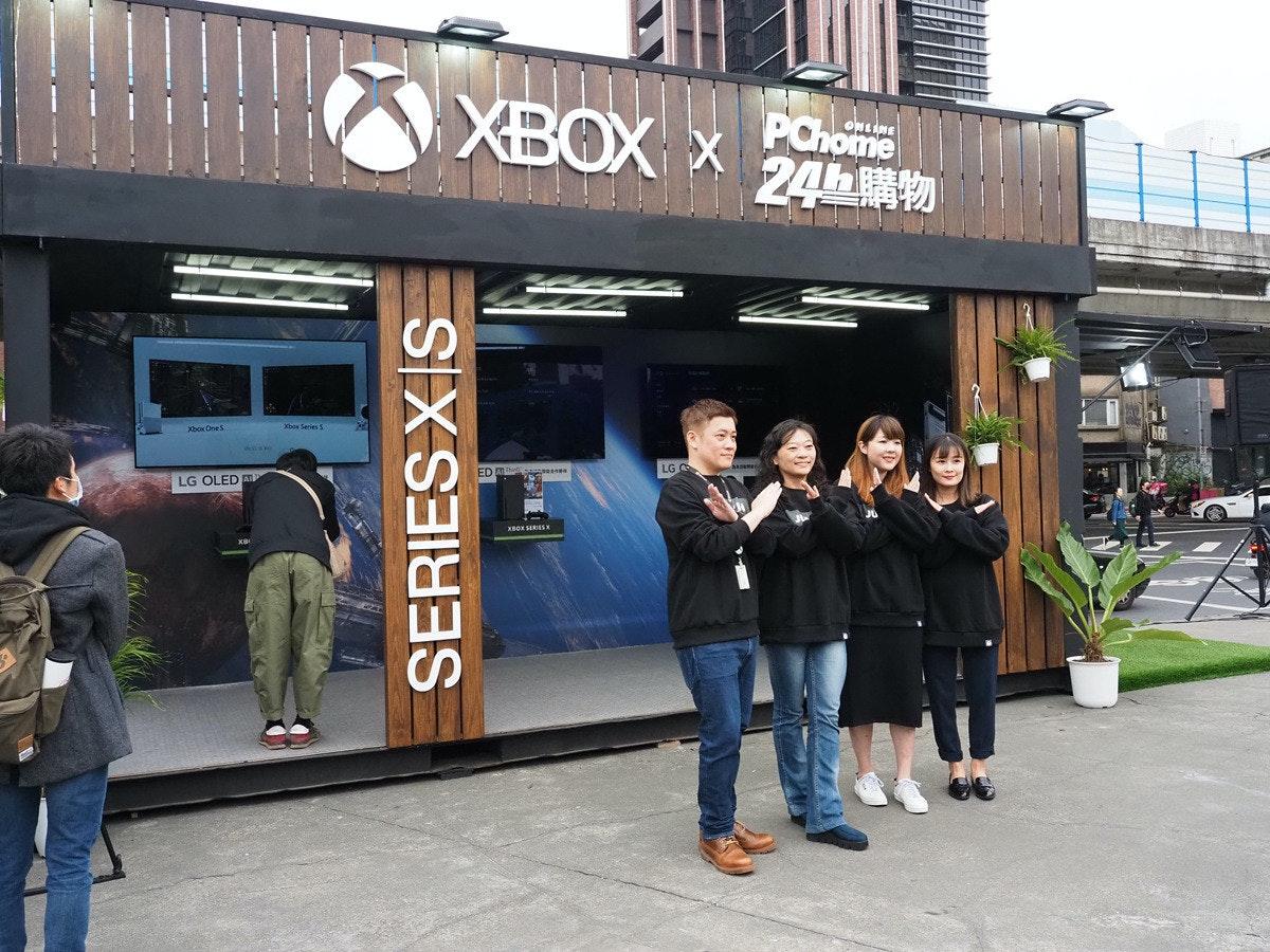 照片中提到了XBOX x、PChome、24h,跟的Xbox有關,包含了車輛、街、建造、儀表、城市MD
