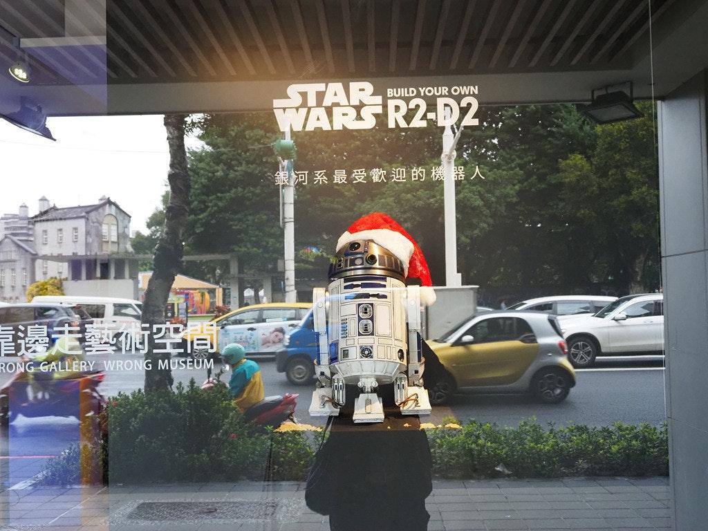 照片中提到了STAR、WARS R2-D2、BUILD YOUR OWN,跟迪士尼好萊塢影城有關,包含了星球大戰、達斯·莫爾、汽車、樂高星球大戰、星球大戰