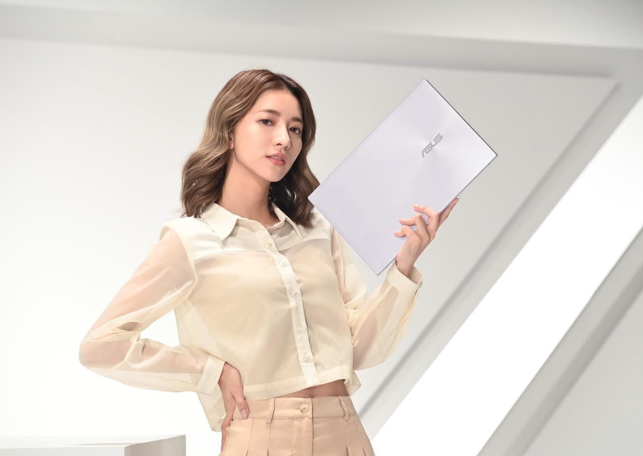 照片中提到了ASUS,包含了時裝模特、襯衫、模型、時尚
