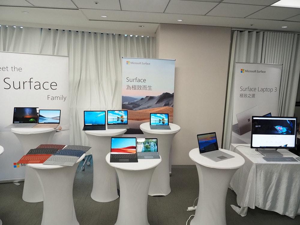 照片中提到了Microsoft Surface、Microsoft Surface、eet the,包含了家具類、電腦、產品設計、通訊、產品