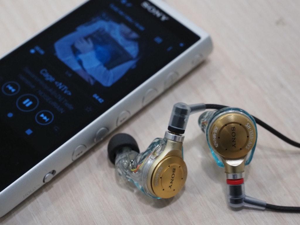 照片中提到了SONY、Cage <NTv、AAS,跟諾基亞、諾莫斯·格拉蘇蒂有關,包含了電子產品、移動電話、頭戴式耳機、產品設計、音響器材