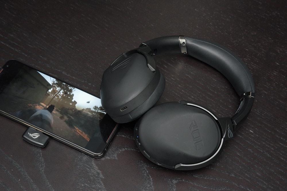 照片中跟巴賈傑汽車有關,包含了頭戴式耳機、頭戴式耳機、產品設計、音響器材、產品