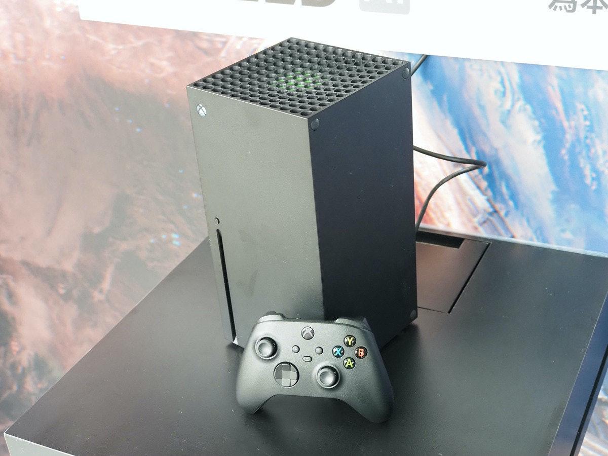 照片中包含了電子產品、xbox系列、微軟、電子產品、產品設計