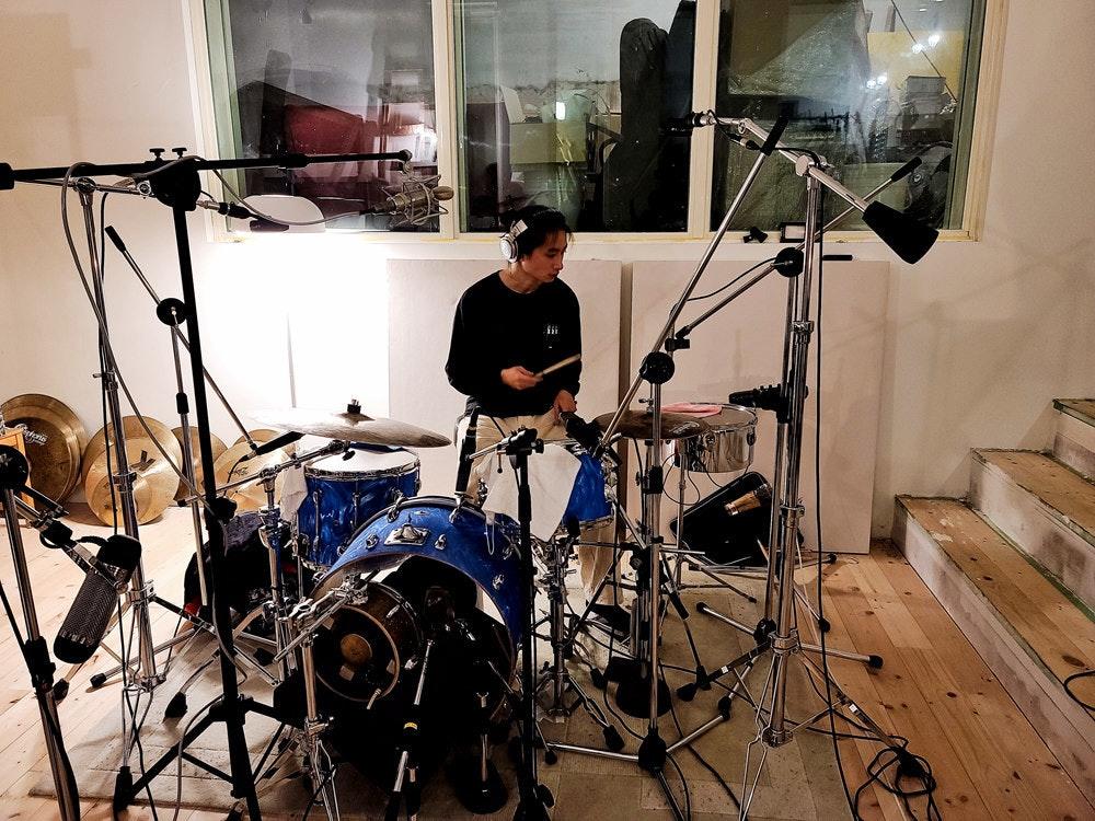 照片中包含了鼓、架子鼓、小鼓、低音鼓、汤姆鼓