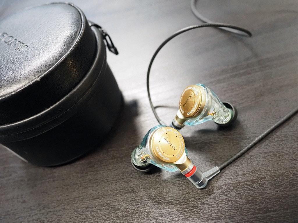 照片中提到了SONY、SONT,包含了頭戴式耳機、產品設計、視聽設備、餐具、設計